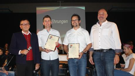 ASM-Vizepräsident Theo Keller (von links) ehrte Christian Dix und Christian Berchtenbreiter zusammen mit Vorstand Josef Brunner für 25 Jahre aktives Musizieren.