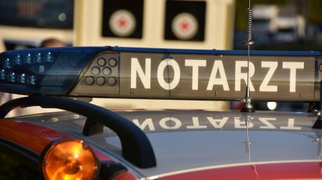Eine Radfahrerin hat sich bei einem Sturz in Donauwörth schwer verletzt.