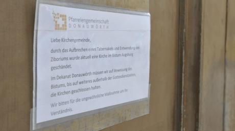 """Schilder, wie hier am Donauwörther Liebfrauenmünster, weisen die Gläubigen darauf hin, dass die Kirchentüren außerhalb der Gottesdienstzeiten """"bis auf weiteres"""" geschlossen bleiben."""