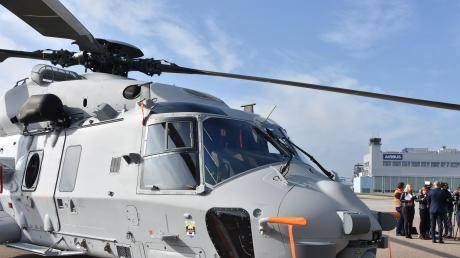 Den ersten Hubschrauber vom Typ NH90 Sea Lion für die deutsche Marine lieferte die Firma Airbus Helicopters in Donauwörth am Donnerstag aus. Die Maschine soll vielseitig eingesetzt werden.