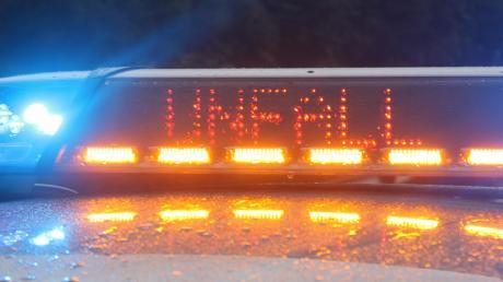 Ein Auto ist am Mittwoch nahe Altenstadt in einen Sattelzug gekracht.