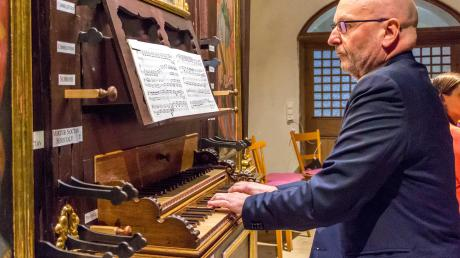 Pater Stefan Ulrich Kling, Orgelsachverständiger der Diözese, stimmte die frisch restaurierte Orgel erstmals wieder an.