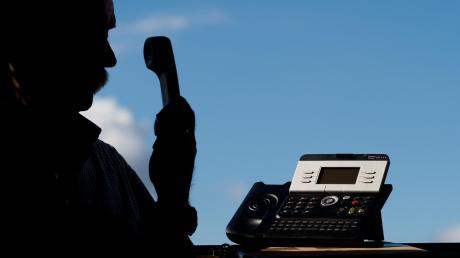 Seltsame Anrufe hat ein 71-Jähriger aus dem Bereich Höchstädt erhalten.