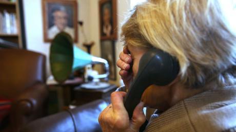Ein Rentner aus Mühlried wurde am Donnerstag Opfer von Betrügern. So gingen die Täter vor. Die Kripo sucht Zeugen.