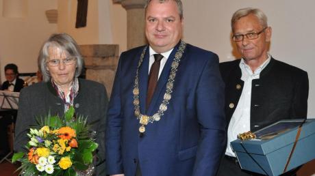 Bürgermeister Martin Scharr (mit Amtskette, rechtes Bild in der Mitte) würdigte beim Herbstempfang unter anderem die Leistung der Luftgewehrschützen aus Bergstetten (linkes Bild) sowie des Ehepaars Steidle aus Altisheim (rechtes Bild).