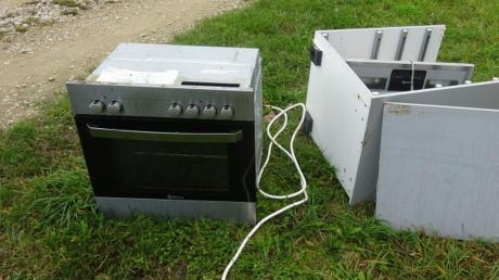 Dieser Elektrobackofen und Küchenteile landeten in der Flur.