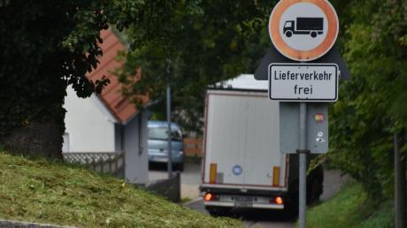Ein weiterer Lkw-Fahrer hat sichdurch Verbotsschilder nicht davon abhalten lassen, über die Schlossstraße die Altstadt in Harburg anzusteuern. Ein Unfall war die Folge.