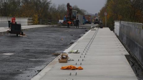 Die Arbeiten an der Brücke bei Mertingen über die Gleise ziehen sich hin. Autofahrer brauchen weiter Geduld und müssen Umwege fahren.