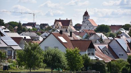 Ortsansicht von Buchdorf mit Schule und Kirche im Hintergrund.