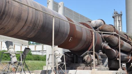 """Der rund 89 Meter lange Zementofen ist das Herzstück des Märkerwerks in Harburg. Der bestehende Ofen ist seit 1974 in Betrieb. Nun soll direkt daneben """"Ofen 8"""" entstehen – ein Mega-Projekt für das Unternehmen und die Region."""