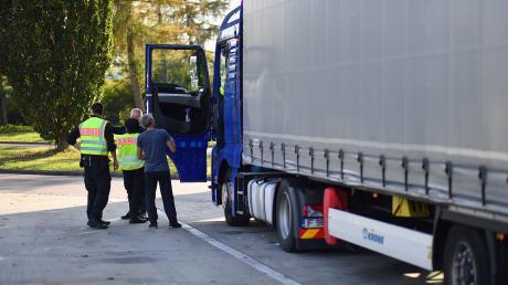 Bei Kontrollen hat die Polizei einen Lastwagenfahrer und einen Paketzusteller aus dem Verkehr gezogen.
