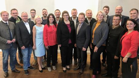 Die Gemeinderatskandidaten mit Bürgermeisterkandidat Albert Reiner (vorne, Vierter von rechts) und Landtagsabgeordnetem Wolfgang Fackler.