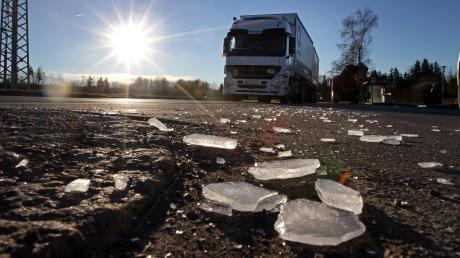 Eine Eisplatte hat einen 18-Jährigen bei Neuburg verletzt.
