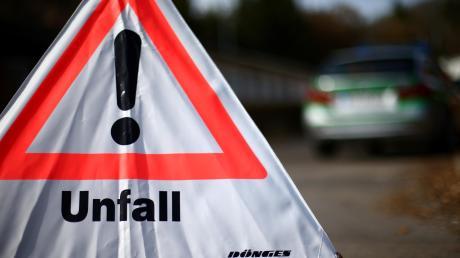 Die Polizei vermeldet am Freitagabend einen Unfall ohne Fremdbeteiligung zwischen Metzenried und Oberdorf. Die Straße ist mehrere Stunden gesperrt.