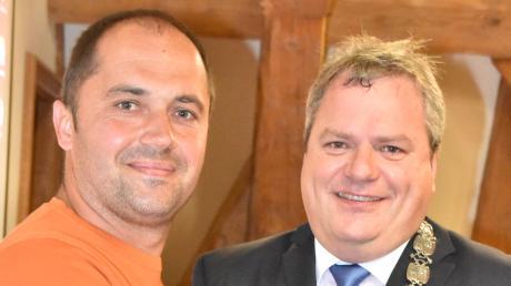 Da war die Welt noch in Ordnung: Im September 2017 hieß Bürgermeister Martin Scharr (rechts) Josef Mayer als neuen Gemeinderat willkommen.