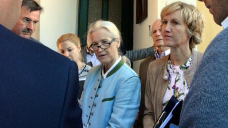 Dominique von Herzogenberg (Mitte) kämpft für das Torhaus des Schlosses Otting, das sie bis vor wenigen Jahren in ihrem Besitz glaubte. Rechts die für die Petition zuständige Landtagsabgeordnete Petra Högl.