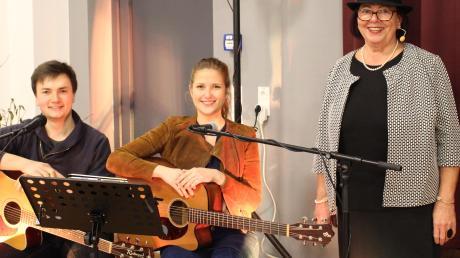 Petra Quaisers (rechts) Legenden wurden musikalisch ideal umrahmt vom Duo Pluspunkt mit Diana Sonntag und Florian Hoffmann.