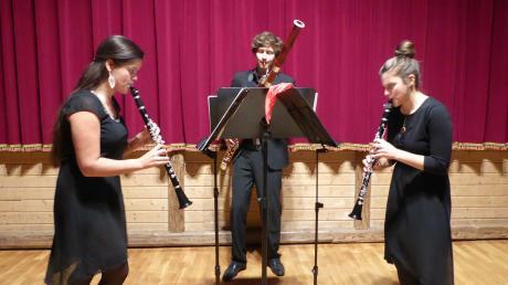 Luisa Hänsel (von links), Laurens Zimpel und Agnes Liberta bei ihrem bravourösen Gastspiel in Oberpeiching.