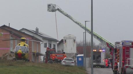 Auf diesem Anwesen in Gansheim wurde am Donnerstag ein Bauarbeiter verschüttet. Die Feuerwehr holte den Schwerstverletzten mithilfe einer Drehleiter aus dem Graben.