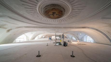 Blick unter die Decke der Stadtpfarrkirche St. Emmeram in Wemding: Damit Restauratoren und Kirchenmaler in luftiger Höhe arbeiten können, wurde mit großem Aufwand ein Boden eingezogen.