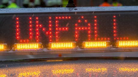 Auf der A8 ist es infolge eines Fahrstreifenwechsels zum Unfall gekommen.