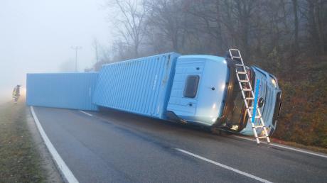 Ein Sattelzug ist am Montagmorgen nahe Harburg in den Graben gerutscht.