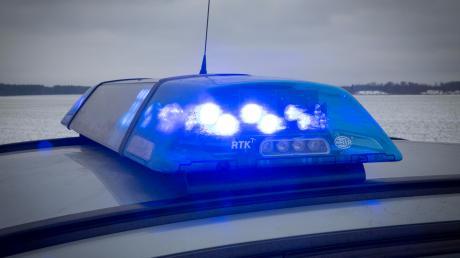 Ein Mann verursacht in Friedberg einen Auffahrunfall. Die Polizei meldet einen Schaden von etwa 5000 Euro.