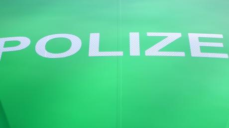 Die Polizei Donauwörth hatte es mit einer Fahranfängerin zu tun, die in ein stehendes Auto prallte.