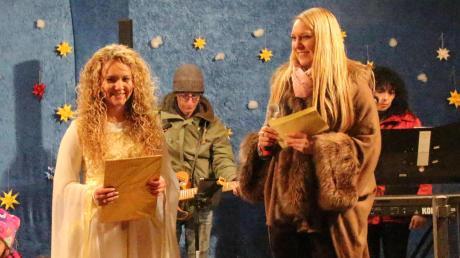 Nina Müller (links) war 2018 das elfte Wemdinger Christkind – die Locken waren echt. Wie ihre Vorgängerinnen brachte sie die Weihnachtsbotschaft von Besinnlichkeit, Einkehr und Liebe zu den Menschen. Auch dieses Jahr hat Alicia Mayer (rechts) mit den anderen Mitgliedern der Jury ein Christkind gewählt.
