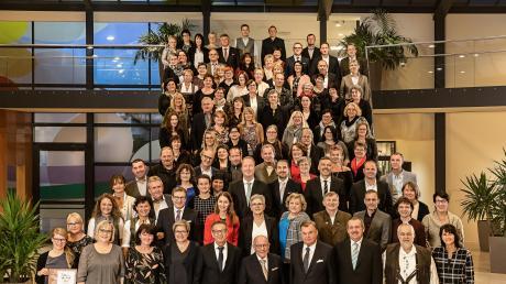 135 Mitarbeiter hat Dehner jetzt am Unternehmenssitz in Rain für jahrzehntelange Treue zum Unternehmen geehrt. Svenja Dawurkse (unten links) erhält den firmeneigenen Julius-Wolf-Preis.