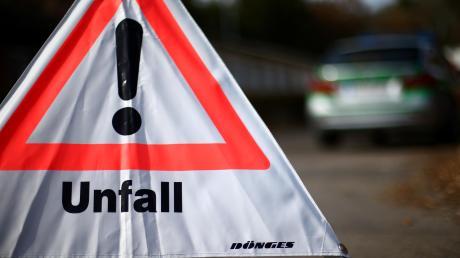 In Rain missachtete ein Autofahrer die Vorfahrt und ein Radler benutzte unerlaubt den Gehweg. Die Folge: Sie stießen zusammen.