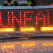 In Alerheim überfuhr eine Autofahrin ein Stoppschild. Beim Zusammenstoß wurde sie eingeklemmt.