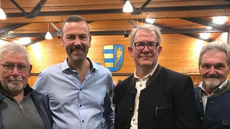 Stefan Roßkopf (Zweiter von links) wurde von der Freien Wählergemeinschaft Niederschönenfeld zum Bürgermeister-Kandidaten gewählt. Unser Foto zeigt ihn mit (von links) Vertrauensmann Paul Drabek, Martin Stegmair und Bürgermeister Peter Mahl.