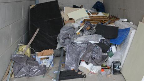 Was kann wie recycelt werden? Was geht in die Verbrennung? Zwei wichtige Fragen unserer Zeit, so scheint es. Ein Sperrmüll-Container auf dem Gelände der AWV-Deponie Binsberg.