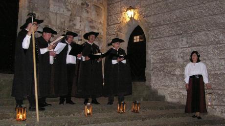 Die Nachtwächter vor dem Faulturm auf der Harburg (von links): Andreas Fickel, Hans Schüle, Michael Hahn, Max Adamietz, Dieter Thiel und Burgführerin Doris Thürheimer.