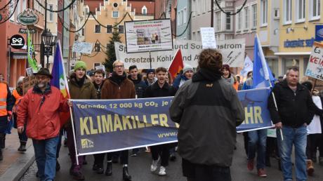 100 Demonstranten zogen am Freitagnachmitag durch Donaiuwörth für ein besseres Klima.