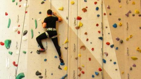 Sieht fast aus wie ein Kunstwerk, der Kletterparcours im Donauwörther Kraxlstadl. Hier ist noch viel geplant – besonders für den Bereich Bouldern, einer Kletterart, die ziemlich im Trend liegt.
