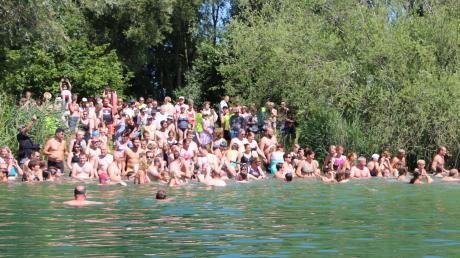 Ob es im kommenden Sommer, in dem das Freibad auf dem Schellenberg wegen der Umbauten geschlossen sein wird, so eng am Riedlinger Baggersee wird, wie zuletzt beim Jedermann-Schwimmen? Die Stadt will jedenfalls gerüstet sein.