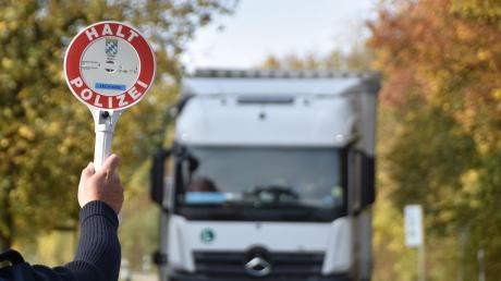 Die Polizei hat bei Harburg einen Lkw-Fahrer erwischt, der nicht die nötige Qualifikation nachweisen konnte.