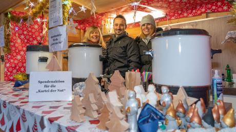 An diesem Stand des Weihnachtsmarkts in Wemding gibt es eine Aktion für die Kartei der Not, das Leserhilfswerk unserer Zeitung.