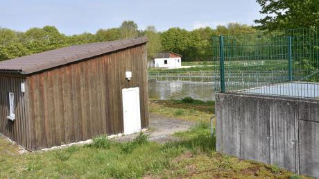 """Die Kläranlage von Fünfstetten entspricht nicht mehr den Anforderungen an den Umweltschutz. Deshalb muss die Gemeinde entweder die Technik erneuern oder das Kanalsystem an das Klärwerk des Zweckverbands """"Mittlere Wörnitz"""" anschließen."""