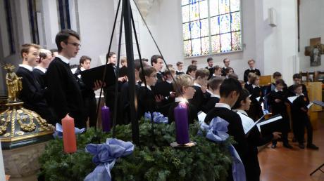 Ein musikalisches Erlebnis der besonderen Art bereitete der Kammerchor der Augsburger Domsingknaben den Besuchern eines Adventskonzerts in der Rainer Stadtpfarrkirche.
