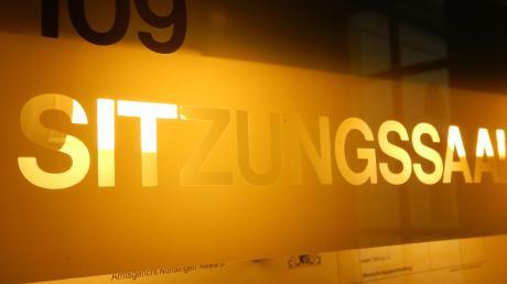 """Ein Mann hat """"Fahndungsplakate"""" aufgehängt und sich damit strafbar gemacht. Nun landete der Fall vor dem Amtsgericht Nördlingen."""