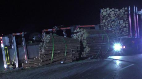 Auf der Kreisstraße zwischen Nordheim und Genderkingen ist der Anhänger eines Holztransporters umgekippt. Die Straße war deshalb über Stunden gesperrt.