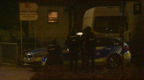 Einsatz in nebliger Nacht: Spezialkräfte riegelten das Anwesen in Bäumenheim ab.