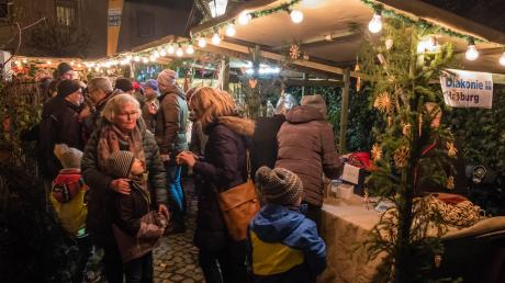 Rasch füllten sich die Gassen und Plätze mit vielen Menschen, die sich über das Angebot an Waren und Kulinarik freuten.