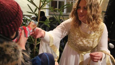 Das neue Wemdinger Christkind Verena Jasmin Ibel präsentiert sich beim Weihnachtsmarkt auf dem Marktplatz zum ersten Mal.