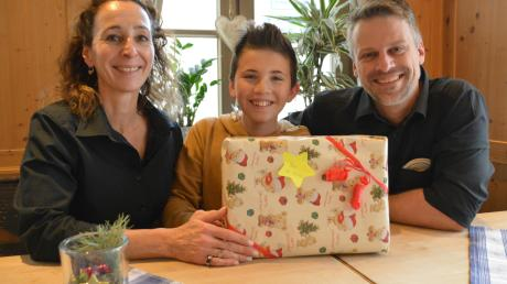 Weihnachten soll für alle Familien ein echtes Fest werden. Das hat sich Armin Schnabel, zusammen mit seinem Team des Gasthofs Goldener Hirsch in Donauwörth überlegt. Deshalb lädt der Wirt bedürftige Familien zum Weihnachtsessen ein. Frau Christine und Sohn Lukas, 12, werden mit anpacken.