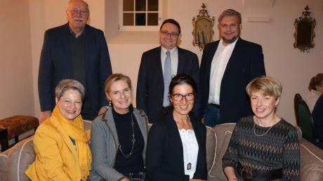 Nominierung: (vorne, von rechts) Petra Riedelsheimer, Heidi Hertlein (Kreistagskandidatin), Isabel von Morgenstern, Birgit Rößle; (hinten von rechts) Peter Hirschbeck, Ulrich Lange und stellvertretender Landrat Reinhold Bittner.