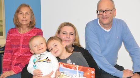 Über den Gewinn freuen sich (von links) Lehrerin Gabriele Renelt, kleiner Bruder Jamie, Zoi und Mutter Corina. DZ-Redakteur Wolfgang Widemann gratulierte der Gewinnerin und überreichte ihr den Preis.